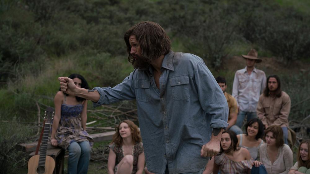 Pasirodė pirmasis Matto Smitho filmo apie serijinį žudiką Charles'ą Mansoną anonsas